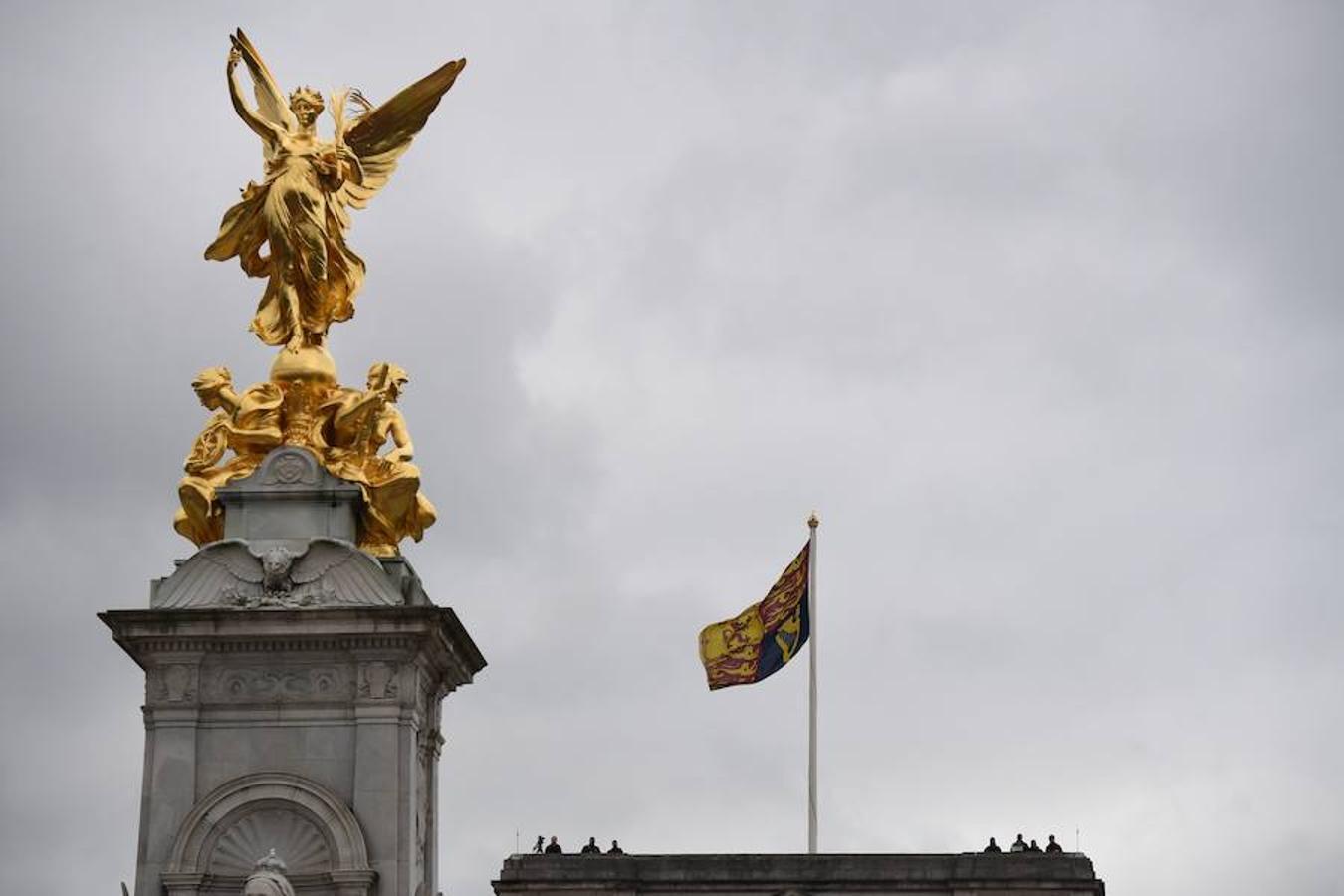 Las fuerzas de seguridad británicas vigilan desde el techo del Palacio de Buckingham, a la espera de la llegada de los Reyes de España. Una visita que durará tres días.