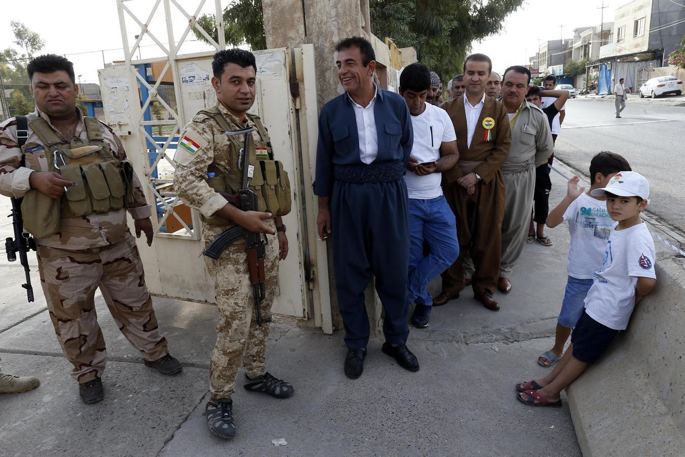 Colas para votar frente a un colegio electoral en Erbil, Irak