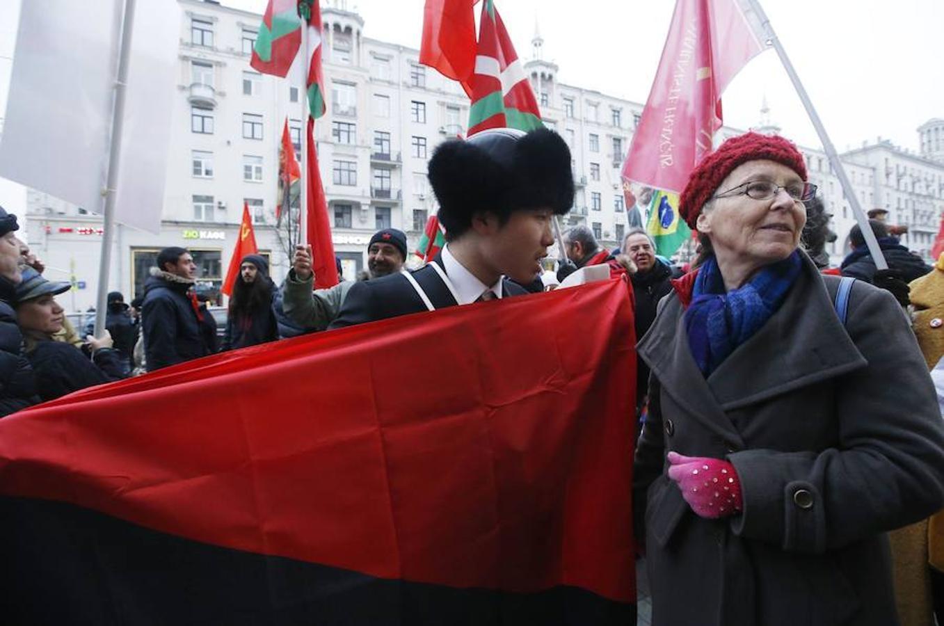 Dos miembros de las delegaciones china y francesa marchan juntos