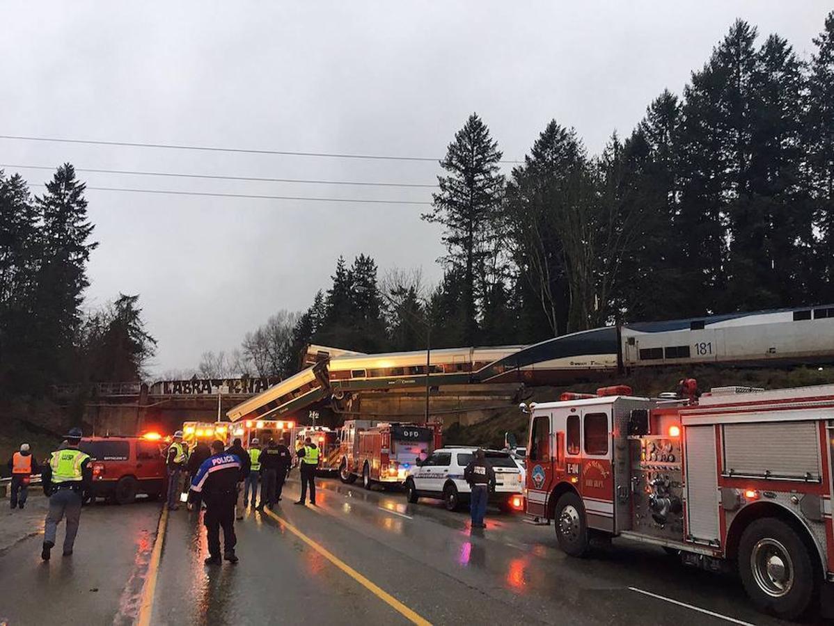 Las imágenes más impactantes del tren descarrilado en el estado de Washington