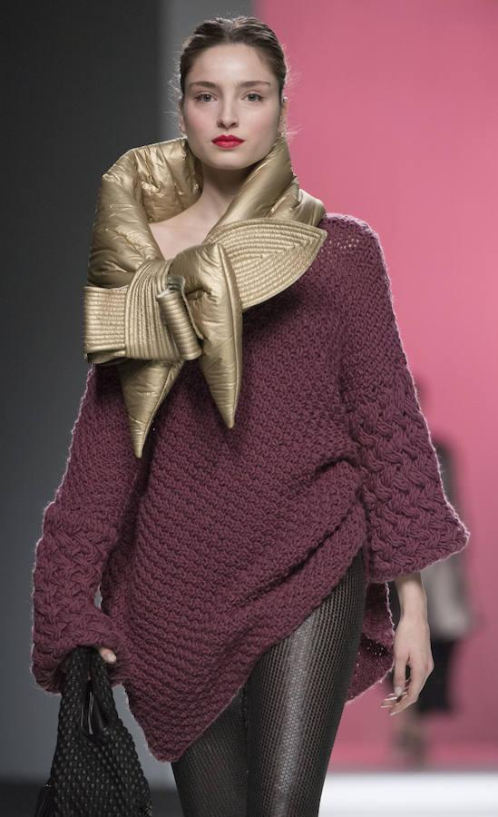 Su esencia estaba en el alma de todas las prendas, aunque con novedades: la introducción de colores pasteles, la combinación de tejidos hasta resultar un estampado y la utilización de acolchados, en capas