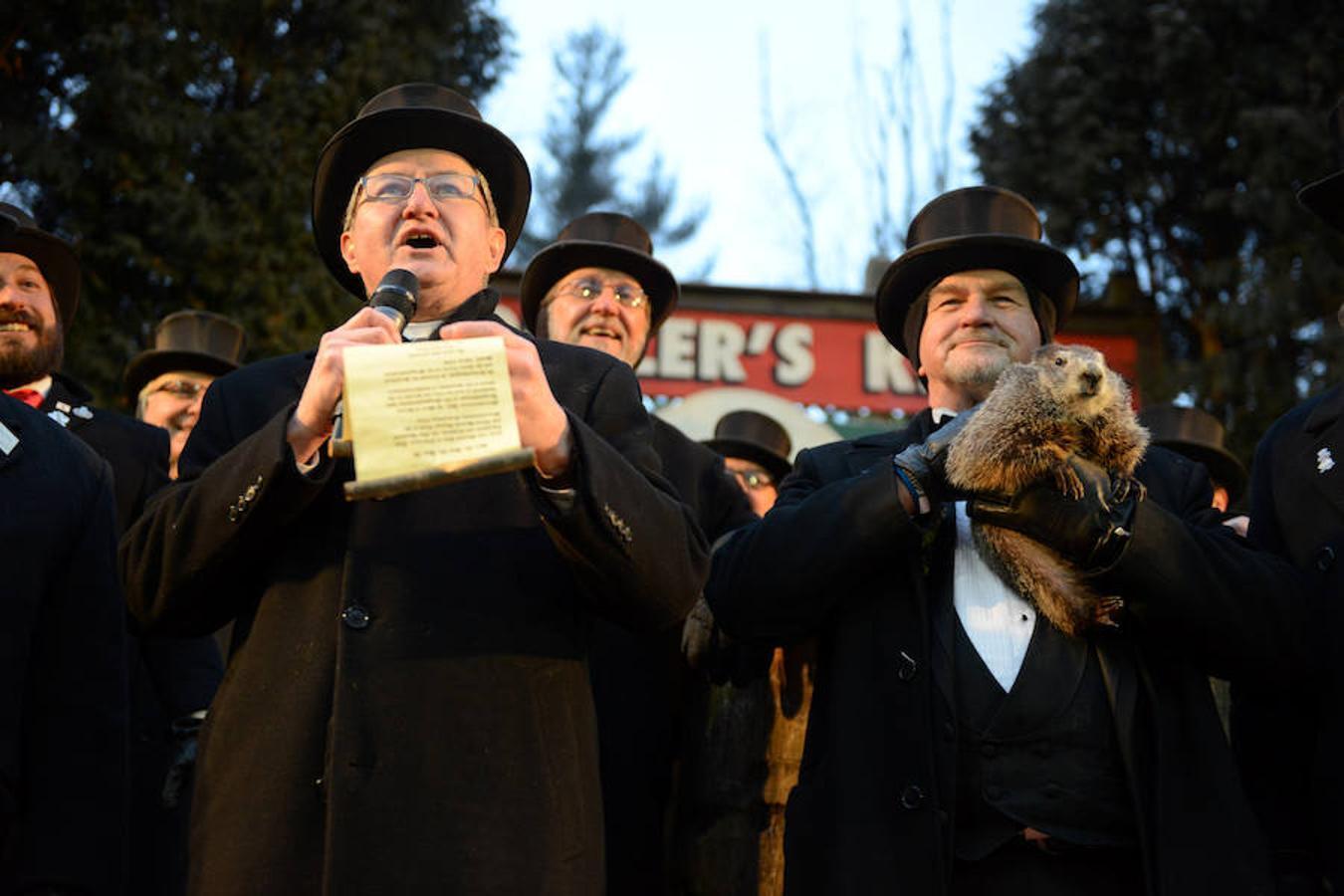 El vicepresidente del Club de la Marmota, Jeff Lundy, lee la predicción de la marmota Phil, que augura seis semanas de invierno más en Punxsutawney, en el estado de Pensilvania.