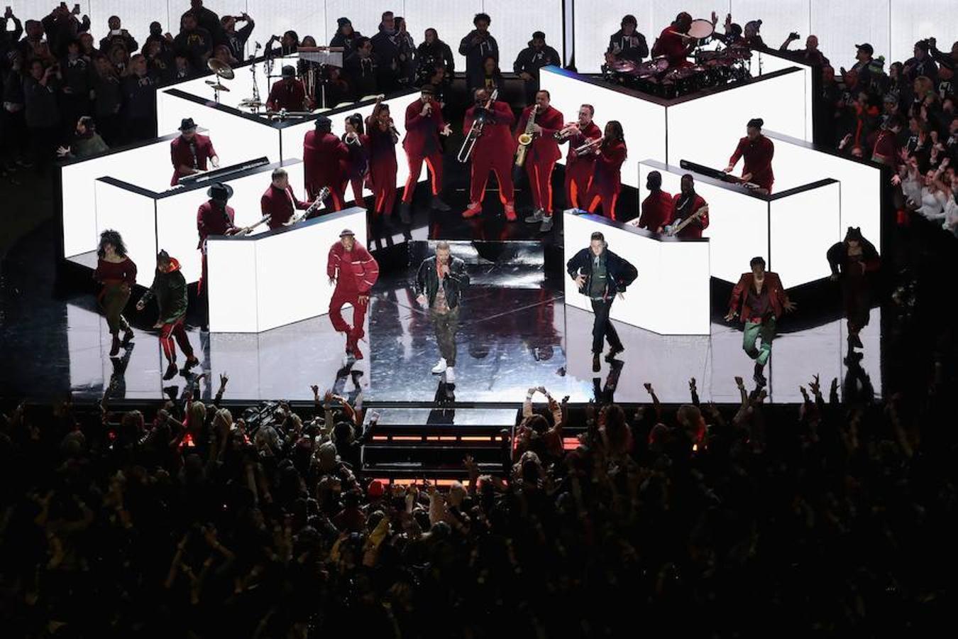 En algo menos de diez minutos, el cantante estadounidense puso todos sus «hits» en el asador para asegurar una actuación animada, bailable e, incluso, cantable