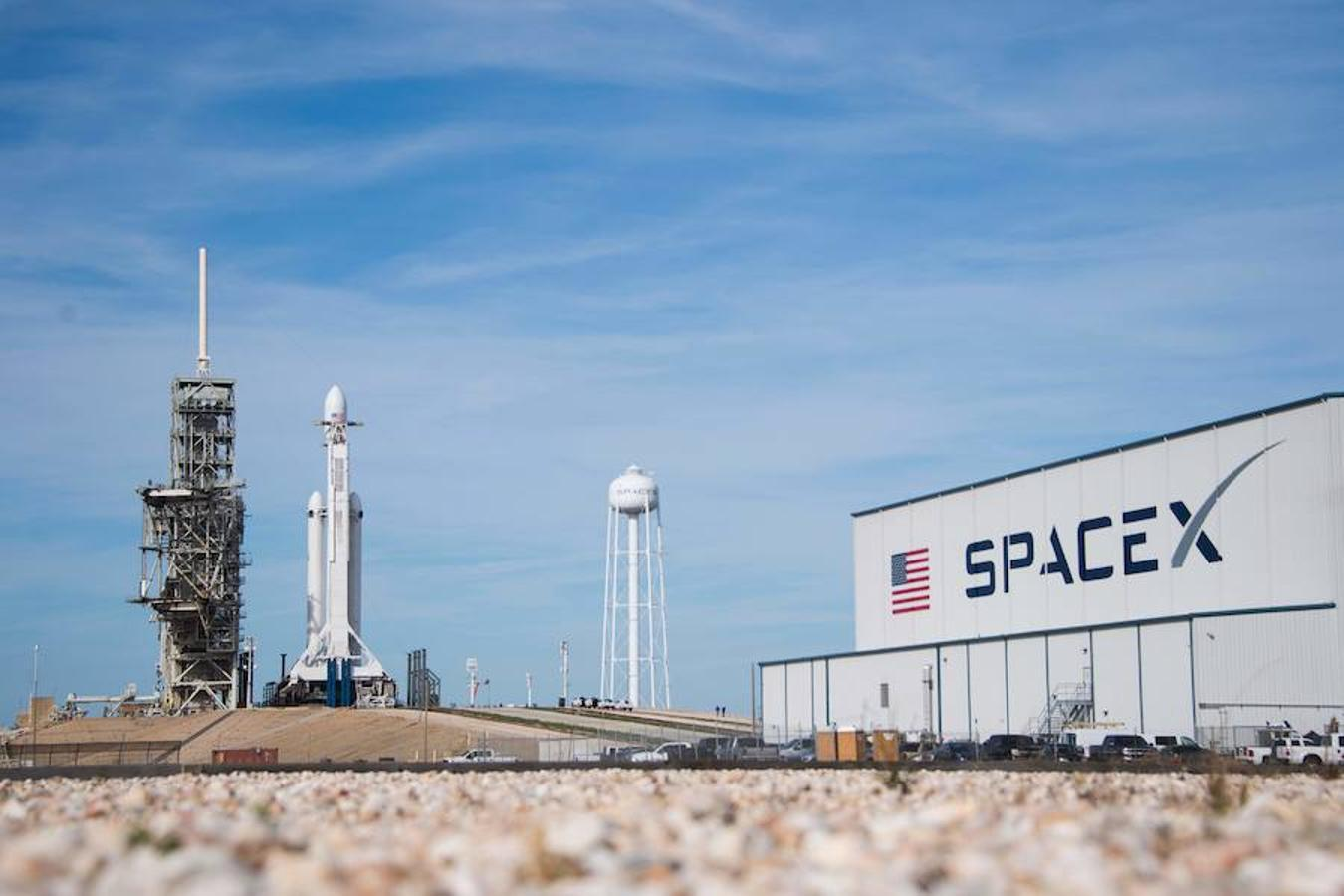Imagen del Falcon Heavy dos días antes del despegue. Este cohete alcanzó el cielo desde la misma plataforma de lanzamiento que la NASA utilizó para las misiones estadounidenses la luna hace cuatro décadas
