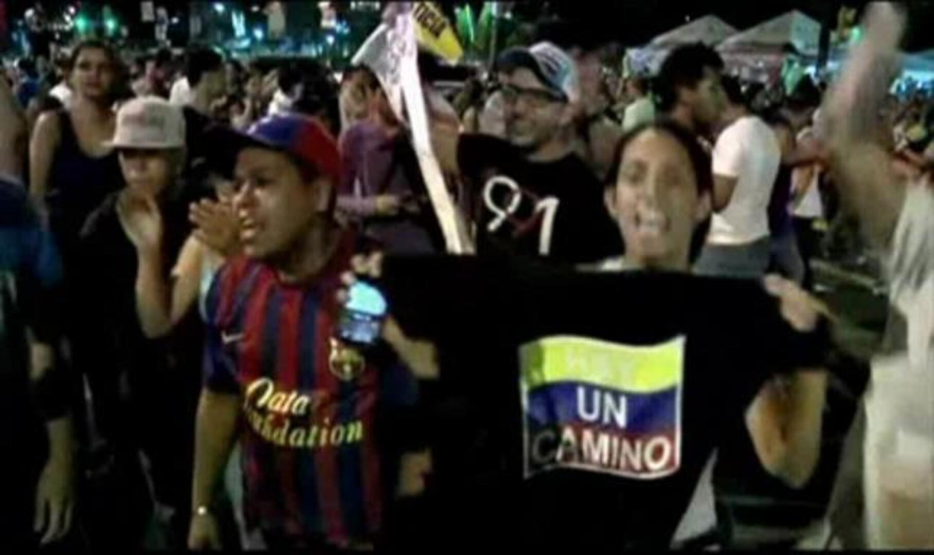 Seguidores de Capriles reclaman el recuento manual de votos