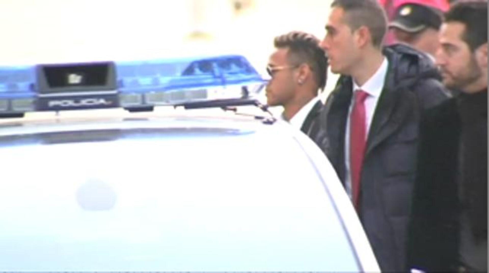 Neymar, tras declarar, queda en libertad sin medidas cautelares aunque sigue imputado por corrupción y estafa