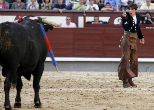 30/05/2010.- El rejoneador Diego Ventura señala ante su primer toro después de ponerle el rejón de muerte
