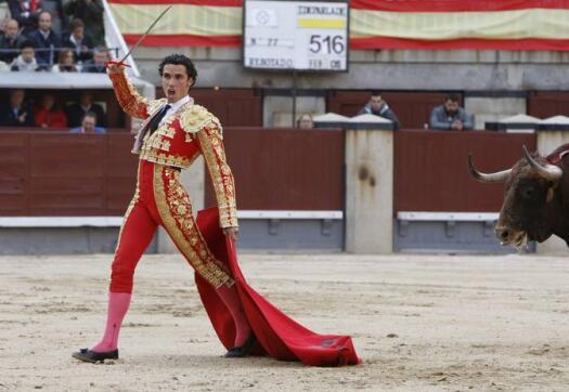 13/05/2010.- El diestro Matías Tejela se dispone a entrar a matar a uno de sus astados