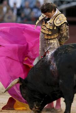 16/05/2010.- El diestro Israel Lancho da un pase con el capote a su segundo toro