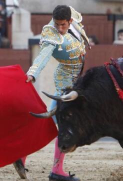 20/05/2010.- El diestro catalán Serafín Marín da un pase con la muleta al primero de su lote