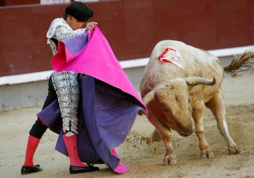 21/05/2010 El diestro Julio Aparicio recibe a su primer toro, de la ganadería de Juan Pedro Domecq