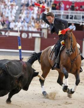 30/05/2010.- El rejoneador Leonardo Hernández se dispone a poner una banderilla a su primer toro