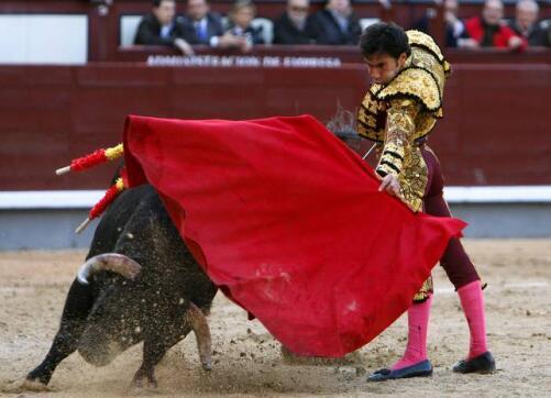 09/05/2010.- El diestro Fernando Cruz torea al natural al primero de su lote