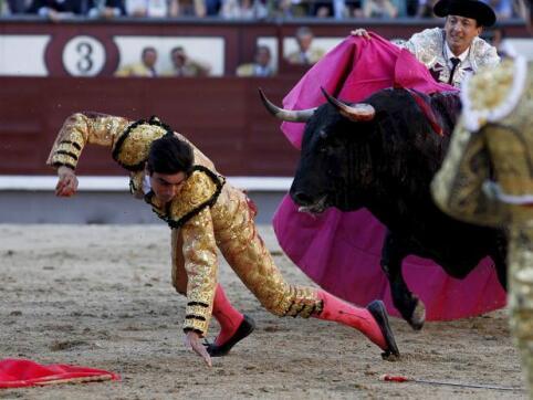 19/05/2010.- El diestro Miguel Ángel Perera es volteado por su primer toro