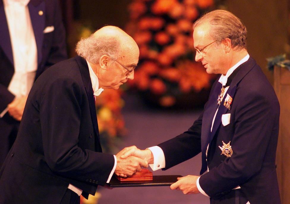 El escritor portugués recibe el premio Nobel de Literatura de las manos del rey Carl Gustaf de Suecia en diciembre de 2001. / REUTER