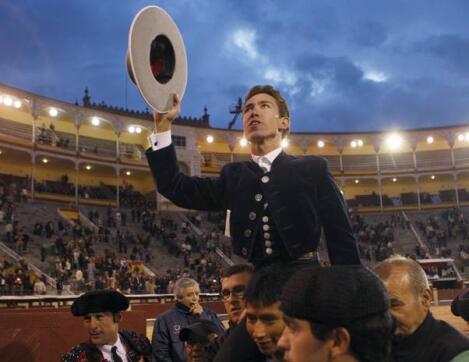 12/05/2010.- El rejoneador Leonardo Hernández sale por la puerta grande tras conseguir dos orejas