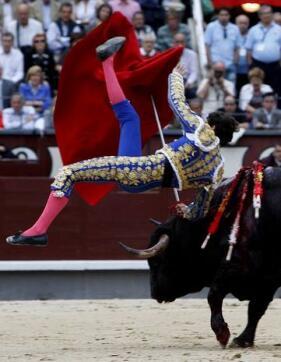 27/05/2010.- El diestro Sergio Aguilar sufre una cogida con su primer toro