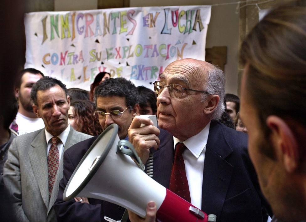 El Premio Nobel José Saramago junto a unos universitarios en Sevilla, en protesta por la Ley de Extranjería, en 2001. / EFE