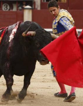 13/05/2010.- El diestro José Manuel Mas da un pase con la muleta a uno de sus astados