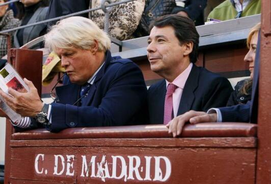 06/05/2010.- El embajador de Francia, Bruno Delaye (i), y el vicepresidente de la Comunidad de Madrid, Ignacio González