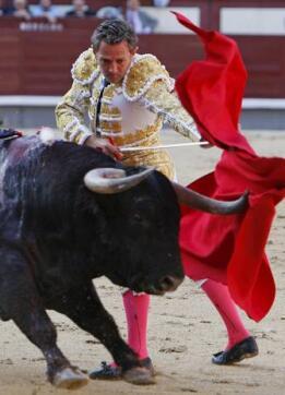 26/05/2010.- El diestro Luis Miguel Encabo da un pase con la muleta a su primero