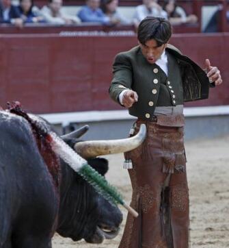 22/05/2010 El rejoneador Diego Ventura, pie a tierra, espera la muerte de su primer astado