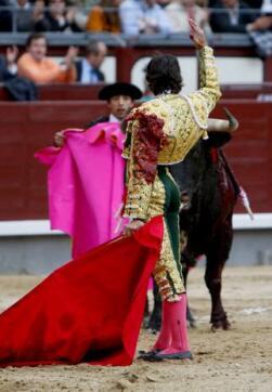 06/05/2010.- El diestro Curro Díaz en un desplante tras clavar la estocada