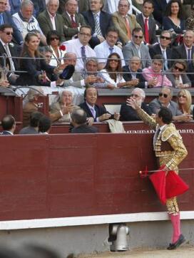 """18/05/2010.- El diestro Manuel Jesús """"El Cid"""" brinda el toro a la Infanta Elena durante la corrida"""