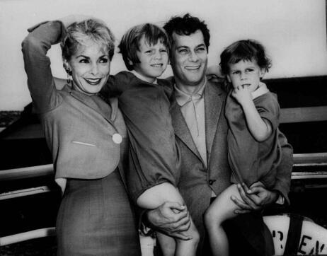 Tony Curtis y Janet Leigh, con sus hijos en 1961
