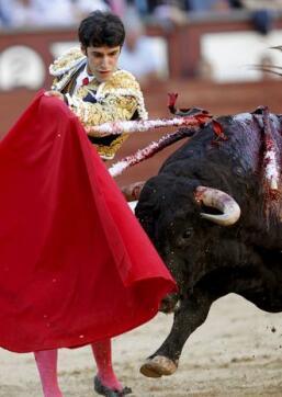 19/05/2010.- El diestro Alejandro Talavante da un pase con la muleta a su primer toro