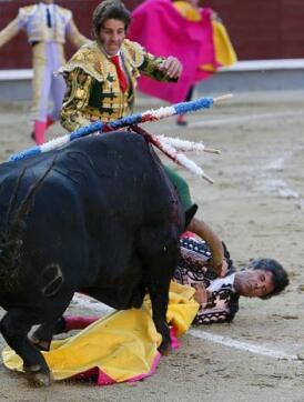 26/05/2010.- Un banderillero sufre una cogida durante la corrida de la Feria de San Isidro