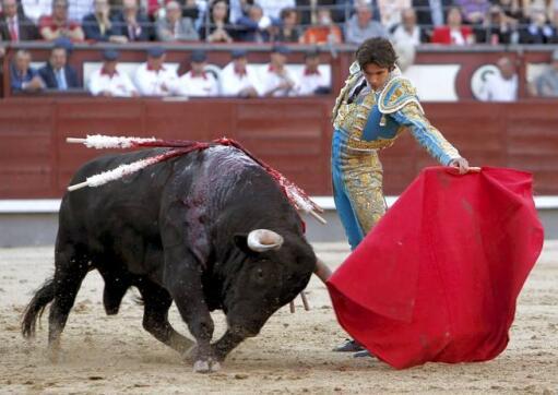 18/05/2010.- El diestro Sebastián Castella da un pase con la muleta al segundo de su lote