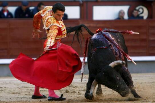 09/05/2010.- El diestro José Miguel Pérez 'Joselillo' da un pase de muleta al primero de su lote