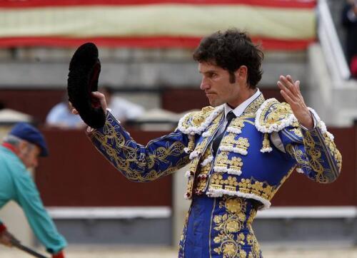 27/05/2010.- El diestro Sergio Aguilar saluda al tendido tras la faena a su primer toro