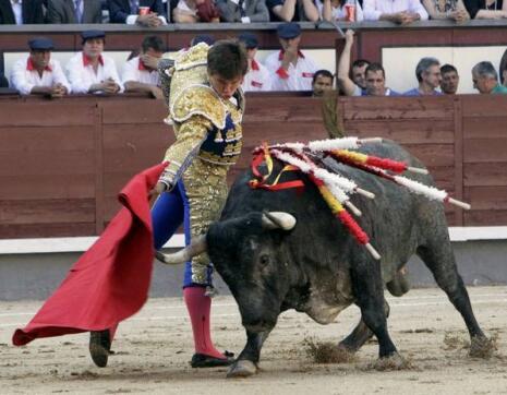 """25/05/2010.- El diestro Julián López """"El Juli"""" da un pase con la muleta al primero de su lote"""