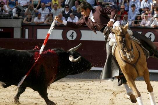 30/05/2010.- El rejoneador Sergio Galán pone una banderilla a su primer toro