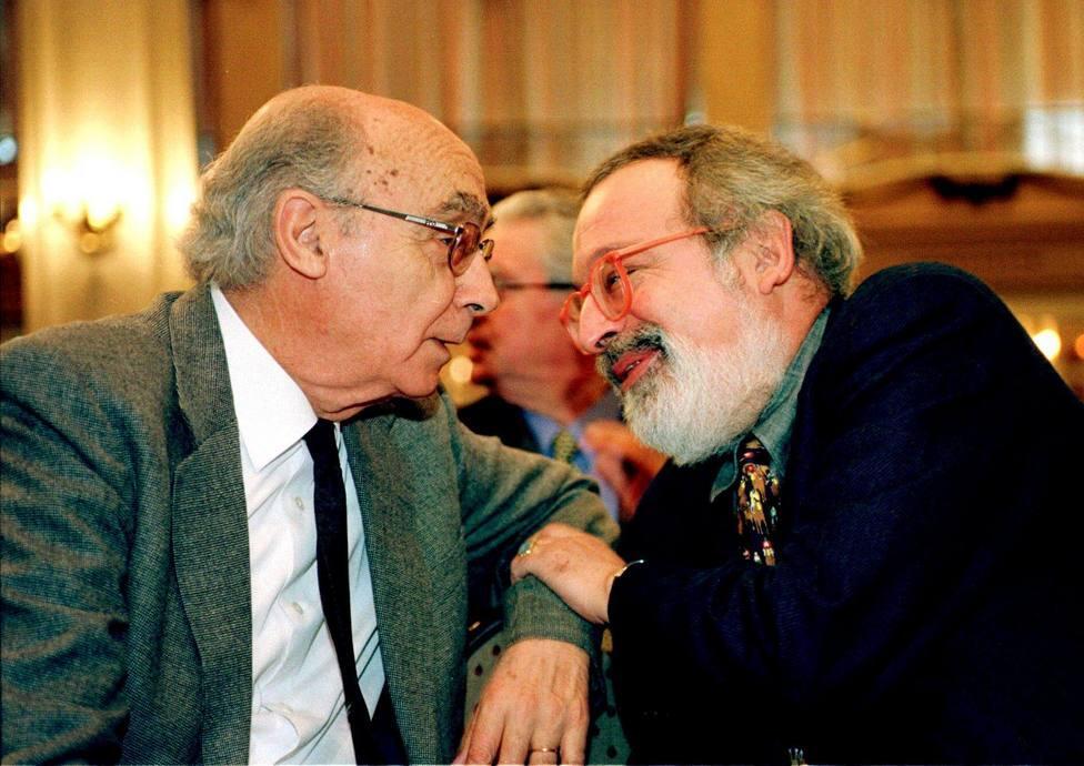 El Premio Nobel de Literaratura conversa con el filósofo Fernando Sabater, en noviembre de 2000. / EFE