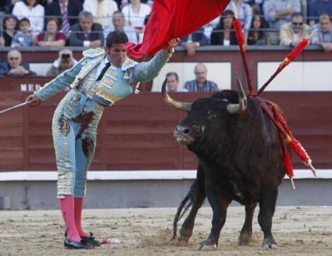 20/05/2010.- El diestro catalán Serafín Marín da un pase de pecho al primero de su lote
