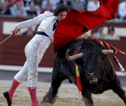 16/05/2010.- El diestro Gabriel Picazo da un pase con la muleta a su primer toro