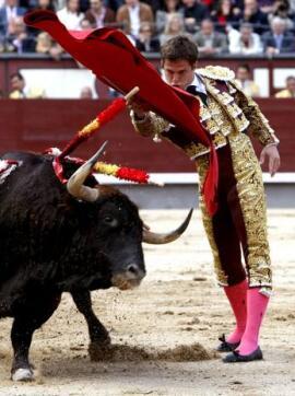 15/05/2010.- El diestro Julián López «El Juli» da un pase de pecho diestro a su primer astado