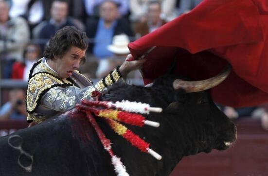 16/05/2010.- El diestro Israel Lancho da un pase con la muleta a su primer toro
