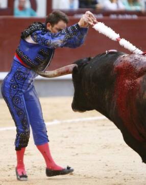 28/05/2010.- El toro engancha con el cuerno la chaquetilla del banderillero Carlos Casanova