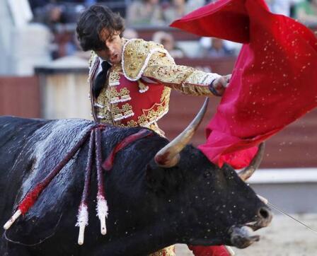 19/05/2010.- El diestro Curro Díaz da un pase con la muleta a su primer toro