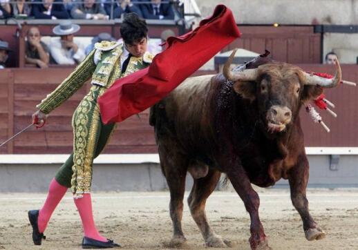 25/05/2010.- El diestro Cayetano Rivera da un pase de pecho al primero de su lote