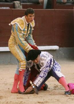 15/05/2010.- Un subalterno del diestro Daniel Luque le coloca las zapatillas tras ser descalzado por su segundo astado