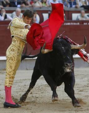 20/05/2010.- El diestro Eugenio de Mora da un pase con la muleta al primero de su lote
