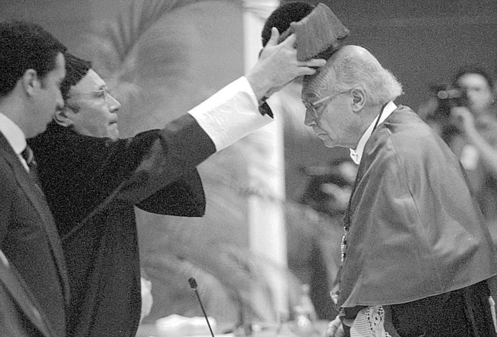 Saramago, investido honoris causa en la Universidad de Valencia, en 1999. / ABC