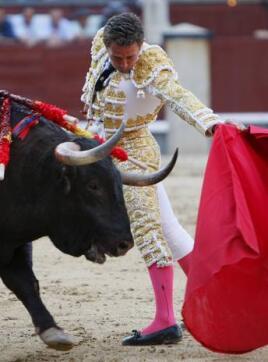 26/05/2010.- El diestro Luis Miguel Encabo da un pase con la muleta a su segundo astado