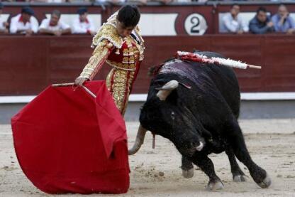 12- 29/05/2010.- El diestro Javier Valverde da un pase con la muleta a su segundo toro