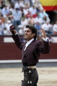 7- 30/05/2010.- El rejoneador Sergio Galán tras cortar una oreja a su primer toro